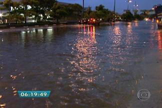 Chuva provoca inundações e queda de árvores na capital - A Zona Sul foi a mais castigada pela chuva. O córrego Ipiranga transbordou e inundou completamente duas grandes avenidas. Na região da Pedreira, o vento derrubou uma árvore que caiu sobre a rede elétrica.