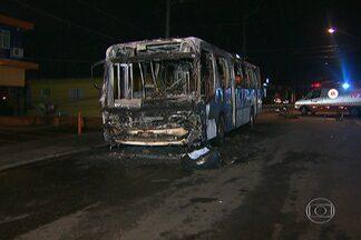 Ônibus é incendiado em protesto contra alagamentos em SP, diz PM - Os policiais militares foram hostilizados pelos manifestantes. O ataque ao coletivo aconteceu na Av. Yervant Kissajikian, em Americanópolis.
