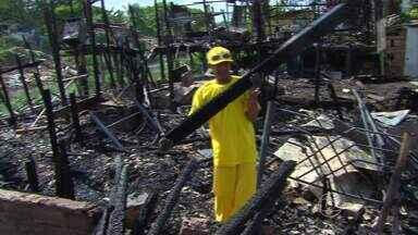 Incêndio destrói dezenas de barracos na Zona Norte do Recife - Famílias estão desabrigadas e duas pessoas ficaram feridas.
