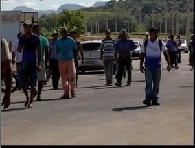 Funcionários demitidos de construtora reclamam de falta de pagamento em Caratinga - Empresa diz que pagamento de dezembro será pago.