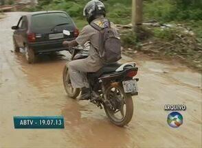 Moradores pedem que seja asfaltada a estrada que dá acesso a Gonçalves Ferreira - Distrito de Caruaru enfrenta problemas em todas as épocas do ano. Porém, nos períodos chuvosos, a situação piora.