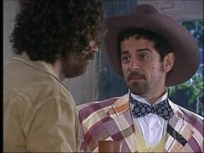 Januário conta a Petruchio onde Lindinha está - Bianca ouve a conversa sem ser percebida e vai embora correndo da festinha