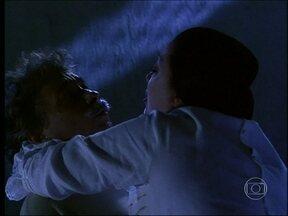 Calixto e Mimosa têm sua primeira noite de amor - Ela da um ultimato no marido e o agarra. Desesperado, o recém-casado acha que a esposa faleceu
