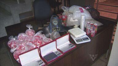 Polícia descobre laboratório usado por traficantes em Cubatão - Local possuía balanças e grandes quantidades de entorpecentes.