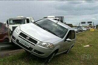 Motorista perde controle e sobe em barra de proteção na BR-040, em Goiás - Acidente ocorreu em trecho urbano da rodovia, em Valparaíso de Goiás. Condutor do veículo não foi encontrado; trânsito no local ficou lento.