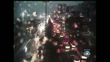 Rio de Janeiro tem pontos de alagamento em várias áreas - A Autoestrada Grajaú-Jacarepaguá está sem luz, pois chove muito forte no local.