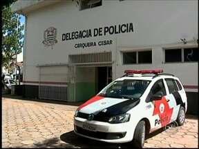Grupo suspeito de furtos e roubos é detido em Cerqueira César - Três pessoas foram detidas nesta quinta-feira (16), em Cerqueira César. Entre elas estão dois adolescentes de 17 anos. Eles são suspeitos de praticar furtos e roubos na cidade.