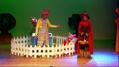 """Clássicos da literatura infantil estão em cartaz na capital - Todo dia tem um espetáculo diferente para a garotada no Festival de Férias do Teatro Folha. O SPTV acompanhou a peça """"Os três porquinhos - O retorno do lobo mau"""", mas numa versão bem diferente."""