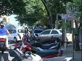 Prefeitura de Paranavaí começa a multar carros estacinados nas vagas para motos - Agentes da Diretoria de Trânsito de Paranavaí estão multado motoristas que estacionam nos bolsões criados para motos. A multa é de R$ 53,20.