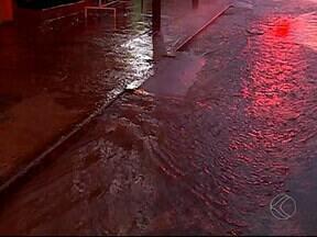 Após chuva, casas ficam alagadas no Bairro Shopping Park em Uberlândia - Dmae desobstruiu rede de esgoto nesta segunda-feira (20). Defesa Civil disse que foram feitas dez solicitações no bairro.
