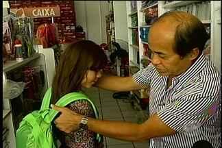 Compra de bolsa escolar - A reportagem ensina a forma correta de usar a mochila e o melhor modelo a ser comprado para as crianças.