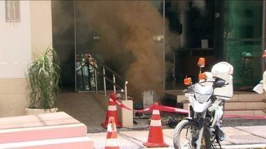 Fumaça em bueiro causa transtornos no Centro do Rio - No início da tarde, muita fumaça saía do bueiro. A área foi isolada e bombeiros foram chamados. A Light disse que houve um problema num equipamento da rede.