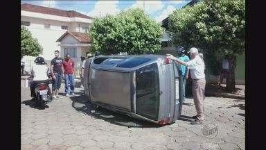 Motorista tomba carro no centro de Monte Alto, SP - Condutora perdeu o controle da direção em uma esquina.