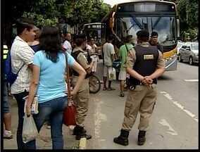 Moradores protestam contra o aumento das passagens do transporte coletivo Valadares - Ônibus foram impedidos de passarem durante a manifestação.