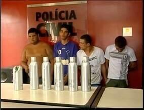 Cinco pessoas são presas em Fabriciano suspeitas de envolvimento com o tráfico de drogas - Droga era transportada em garrafas de bebidas.