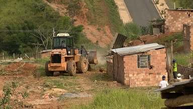 Famílias são retiradas de terreno durante reintegração de posse em Belo Horizonte - Oficiais de Justiça fizeram o despejo no bairro Jardim Vitória.
