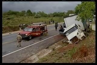 Pesquisa revela que em 2013 foram registrados cerca de 30 acidentes diários com carretas - Levantamento da Polícia Rodoviária Federal diz que quase 50% dos acidentes estavam envolvidos carretas ou caminhões.