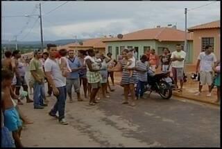 Manifestasntes invadem casas do residencial Recanto das Águas em Montes Claros - Elas reivindicam o direito de receberem as casas. Segundo a Caixa Econômica Federal, os beneficiários com o sorteio estão dentro do prazo para entrarem nas casas.