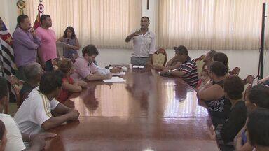 Moradores se reúnem para pedir melhorias na Prefeitura de São Vicente - Regularização de terreno está entre pedidos de munícipes.