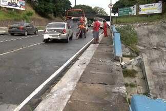Carro bate em mureta de viaduto e parte da estrutura cai na pista de baixo - Acidente ocorreu na manhã desta terça-feira (21), no trecho do bairro de Nazaré que dá acesso ao Dique do Tororó, em Salvador.