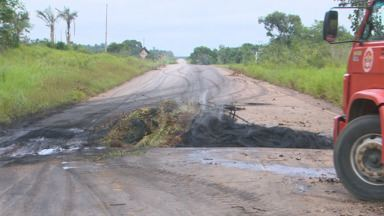 Tráfego de veículos na BR-319 foi interditado parcialmente - Moradores querem melhorias na via.