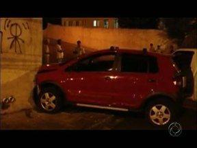 Ladrões batem o carro e fogem em Ponta Grossa - O acidente foi na noite de terça-feira.