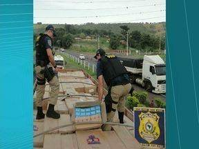 Polícia apreende 30 mil pacotes de cigarros - São mais de 600 mil maços, trazidos do Paraguai. O motorista da carreta foi preso na BR 153, em Santo Antônio da Platina, a 156 km de Londrina.