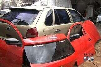Polícia Civil descobre local de desmanche de veículos, em Goiânia - Segundo a polícia, quatro pessoas foram presas e levadas para o Distrito Policial. Ao todo, dez carros roubados foram encontrados no local.