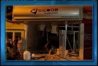 Agência bancária de Curvelo fica destrúida após explosão - Bandidos usaram dinamite para explodir o equipamento.