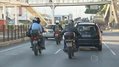 Indisciplina de alguns motociclistas dificulta boa convivência no trânsito - Apesar de não haver lei específica para disciplinar o uso dos chamados corredores, as multas podem ser aplicadas, caso o infrator seja flagrado.