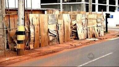 Pedestres reclamam de obras que dificultam a passagem em calçadas - Conheça as regras que devem ser seguidas, as irregularidades podem gerar multa