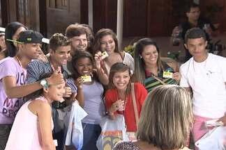 Saulo surpreende fãs em visita à montagem do Festival de Verão de Salvador - Cantor esteve com fãs na tarde de terça-feira (21).