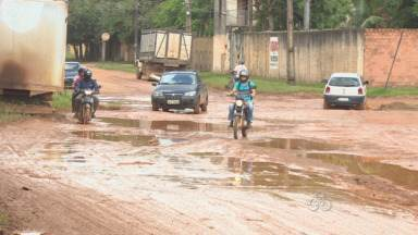 Buracos e lama deixam Rua Curimatã quase intrafegável, em Porto Velho - Motoristas reclamam dos problemas nos veículos devido aos buracos.Semob diz que serviço deve ser feito na via em 15 dias.