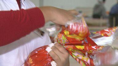 A três meses da Páscoa, supermercados já começam a vender ovos de chocolate - Fábricas da região tiveram que aumentar o número de funcionários.