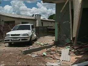 Motorista bêbado invade casa com caminhão e criança fica gravemente ferida em Guarapuava - O acidente foi no começo da tarde no Bairro Primavera. A criança de nove anos estava com o motorista e foi arremessada para fora do caminhão.