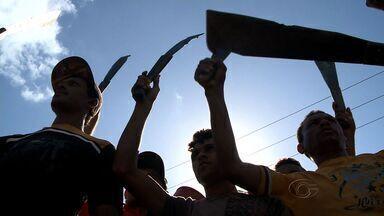 Trabalhadores de usina bloqueiam trechos da BR-101 para cobrar salários atrasados - Protesto provocou grande congestionamento em trecho correspondente ao município de Campo Alegre.