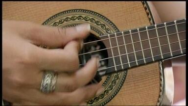 Curso de verão traz a mistura de ritmos e instrumentos no DF - O curso de verão faz uma mistura dos ritmos e dos instrumentos musicais no Distrito Federal. Alunos utilizam o cavaquinho não só para o samba como também para outros gêneros musicais.