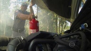 Saiba como reagir a um princípio de incêndio - O tenente do Corpo de Bombeiros ensina a forma correta de usar o extintor para combater um incêndio no motor.