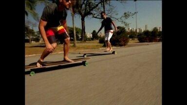 Surfe e skate se encontram no asfalto, em nova prancha com rodas que ganha as ruas - Shape maior caracteriza nova modalidade que vem sido chamada de Skate Longboard Classics e une os esportes.