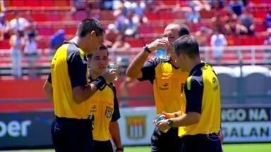 Segundo estudo, beber muita água pode ajudar árbitros de futebol a não cometerem erros - Pesquisa analisou juízes em 42 partidas do Brasileirão e Paulistão.