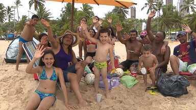 """Acompanhe um dia de praia de uma família """"farofeira"""" em João Pessoa - Essa turma de Areia levou comida, bebida e todos os apetrechos necessários para curtir a praia, sem se importar com o que os outros pensam."""