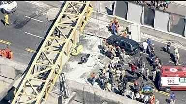 Bombeiros resgatam corpo de escombros de passarela no Rio - Um corpo é retirado dos escombros da queda de uma passarela na Linha Amarela, no Rio de Janeiro. Os bombeiros seguem trabalhando no local.