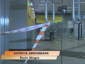 Caixa eletrônico é arrombado na madrugada desta terça-feira (28) em porto Alegre - Bandidos utilizaram maçarico para abrir o equipamento e fugiram com o dinheiro.