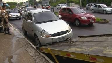 Operação autua mais de 60 veículos por estacionamento irregular, no AM - Ação foi realizadas em avenidas das zonas Leste e Centro-Sul de Manaus.Carros estavam estacionados em calçadas ou em áreas com placa proibindo.