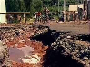 Moradores de Paiçandu reclamam de buraco em rua - Prefeitura diz que vai fazer obras em dois meses, mas para retirar o asfalto e cascalhar a rua