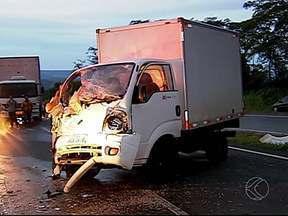 Acidente na BR-050 deixa um morto e seis feridos em Uberlândia - Carro bateu de frente com caminhão de pequeno porte. Quatro pessoas foram levadas para o HC-UFU, homem morreu na hora.
