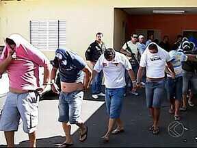 Material apreendido com quadrilha de roubo de carga é apresentado em MG - Polícia prendeu 13 suspeitos em uma churrascaria de Uberlândia. Delegado disse que facção criminosa atuava nas rodovias mineiras.