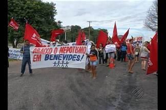 Professores de Benevides, na Grande Belém, interditam BR-316 nesta terça-feira (28) - O protesto dos professores, segundo a categoria, é para denunciar irregularidades que acontecem na Secretaria Municipal de Educação.