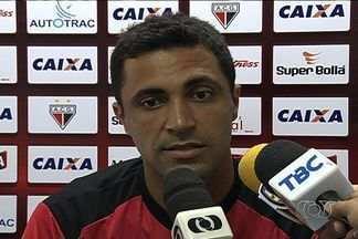 Zagueiro Lino espera parar Viola, da Anapolina - Jogador do Atlético-GO, que colaborou com gol na última rodada do Campeonato Goiano, mostra respeito ao atacante rival.