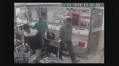 Câmeras de segurança flagram trio assaltando joalheria no Recife - Estabelecimento fica no bairro de Casa Forte, na Zona Norte da capital.